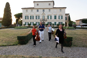 Concert - arriving to play Brahms Piano quartet - Villa di Geggiano (Photo: Romain d'Ansembourg)